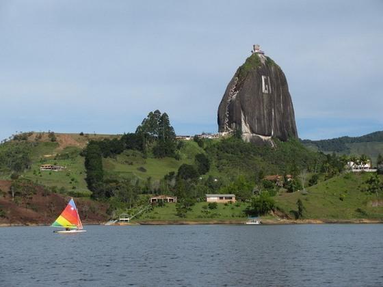 skala-el-penon-de-guatape-v-kolumbii-5