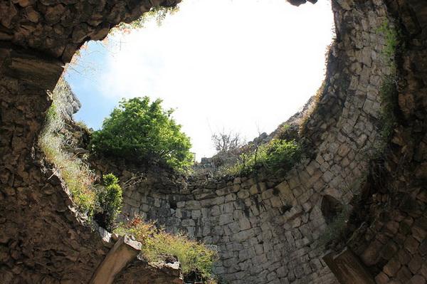 Развалины крепости в Абхазии