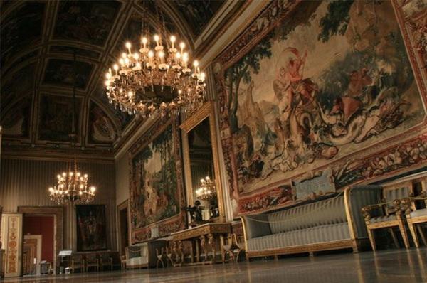 Королевский дворец в Неаполе фото