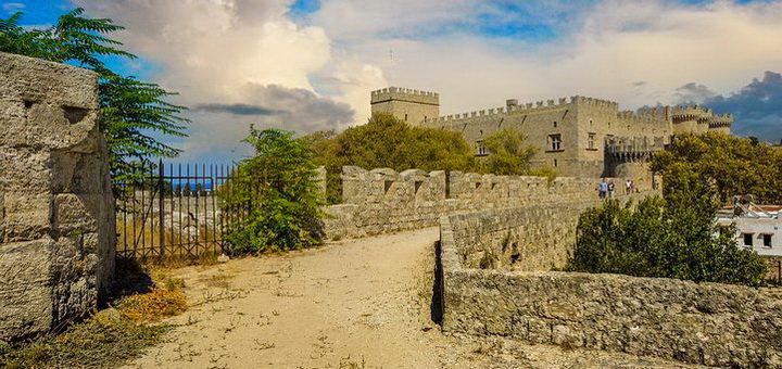 Крепость на островной части Греции